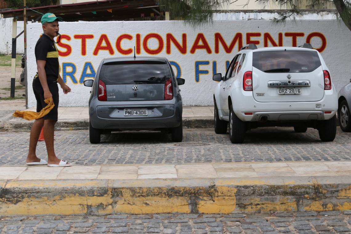 FORTALEZA, CE, BRASIL, 16.07.2019: Prefeitura começa a regularizar estacionamentos particulares na Praia do Futuro.  (Fotos: Fabio Lima/O POVO)