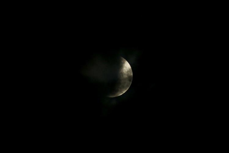 Eclipse Lunar visto do cruzamento da avenida Aguanambi com Domingos Olímpio. (Foto: AURELIO ALVES/O POVO)