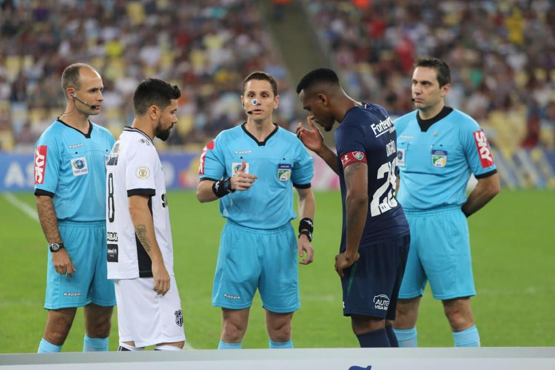 Ceará reclama da atuação do árbitro Douglas Marques (centro).