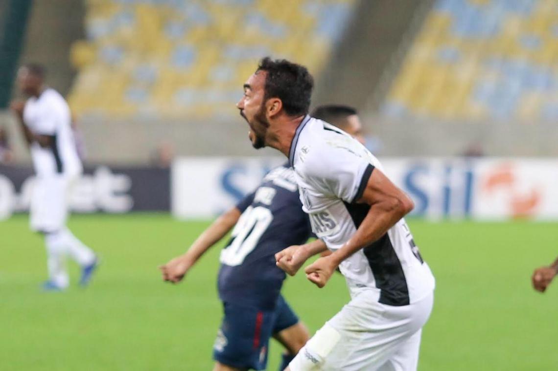 Tiago Alves vibrou bastante após marcar o gol no Maracanã.