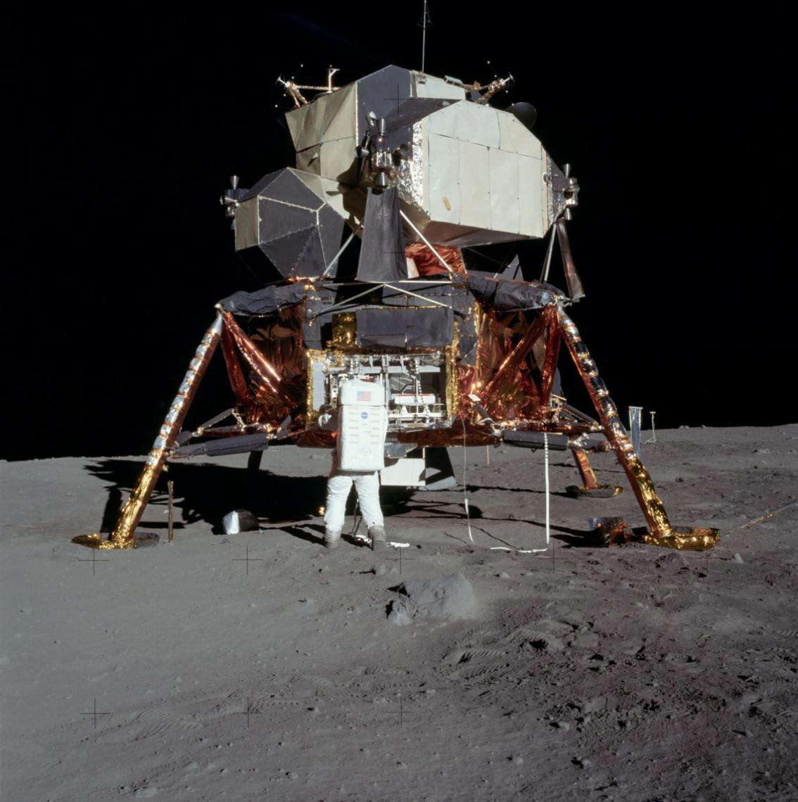 Aldrin retira equipamentos do módulo lunar durante atividade extra-veicular na Lua