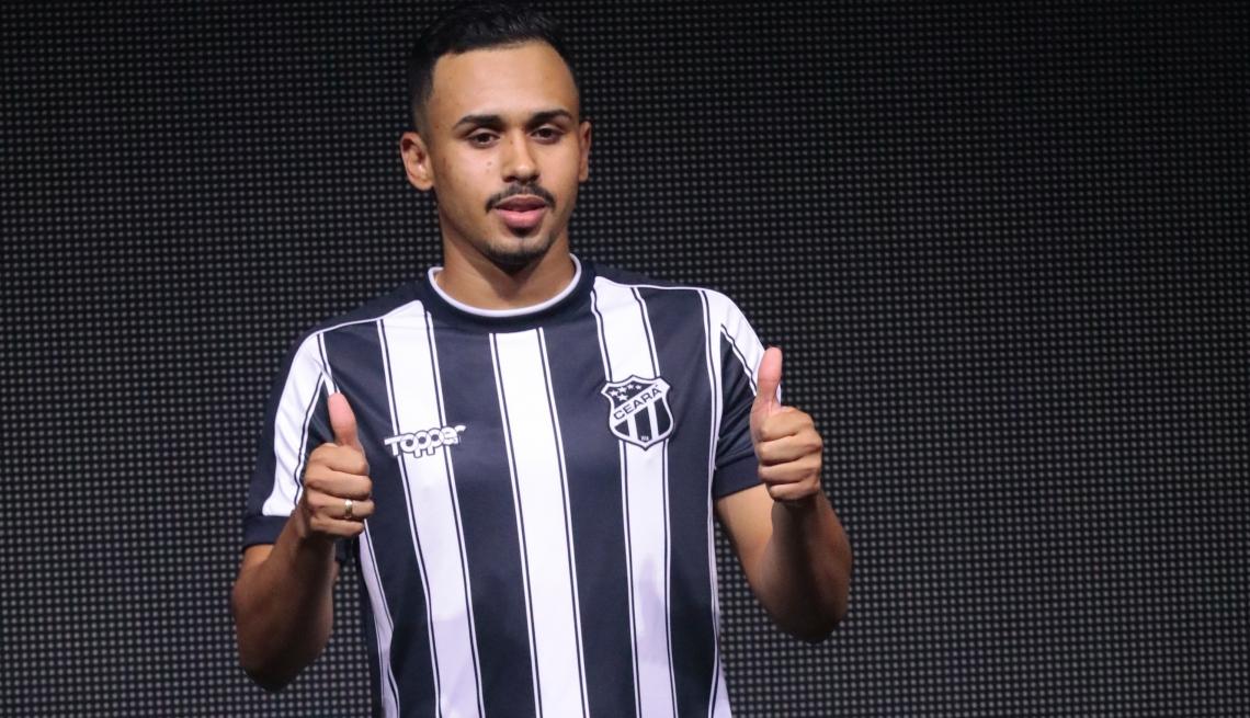 Jogador vestiu o novo uniforme do clube pela primeira vez nesta quinta-feira
