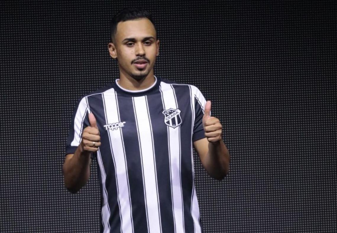 Lima desfilou no lançamento do novo uniforme do Ceará