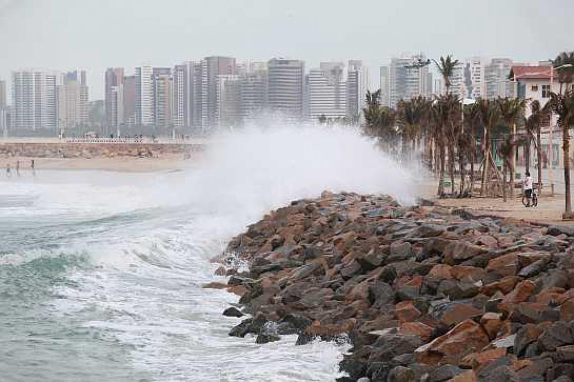 Ondas batem em barreira de pedras na Praia de Iracema, no ano de 2013.