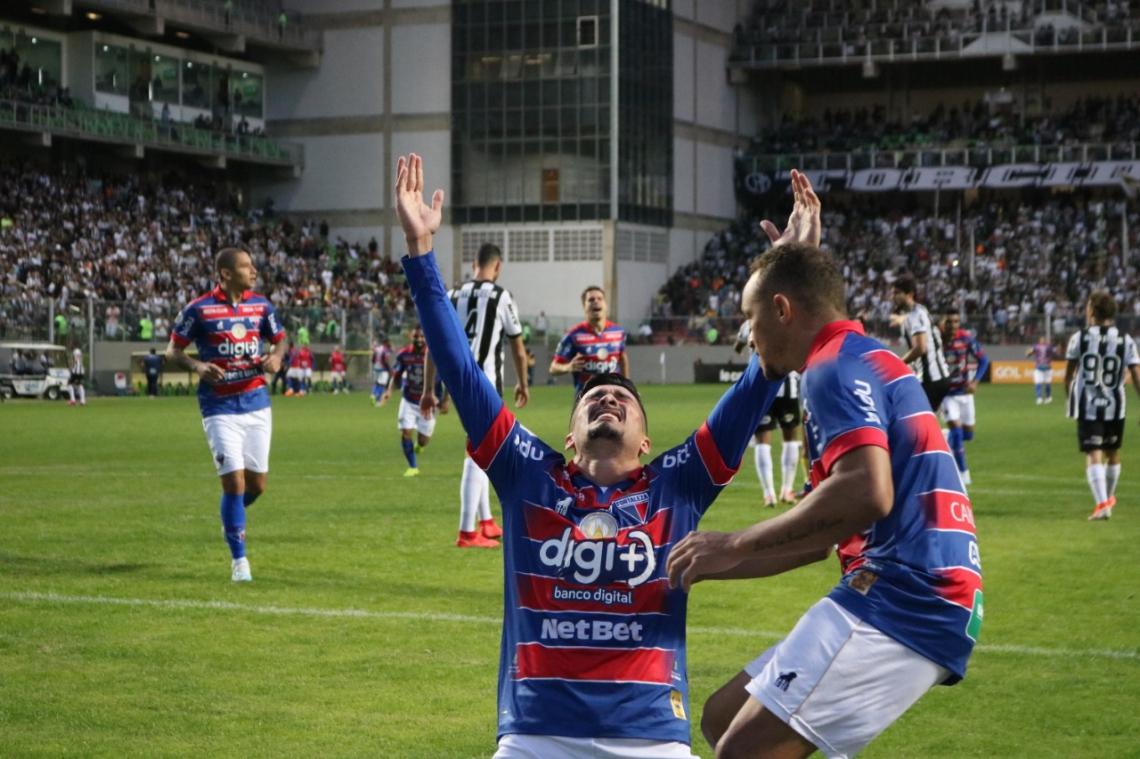 Depois de marcar gol contra, Juninho se emocionou ao empatar o jogo em cobrança de pênalti