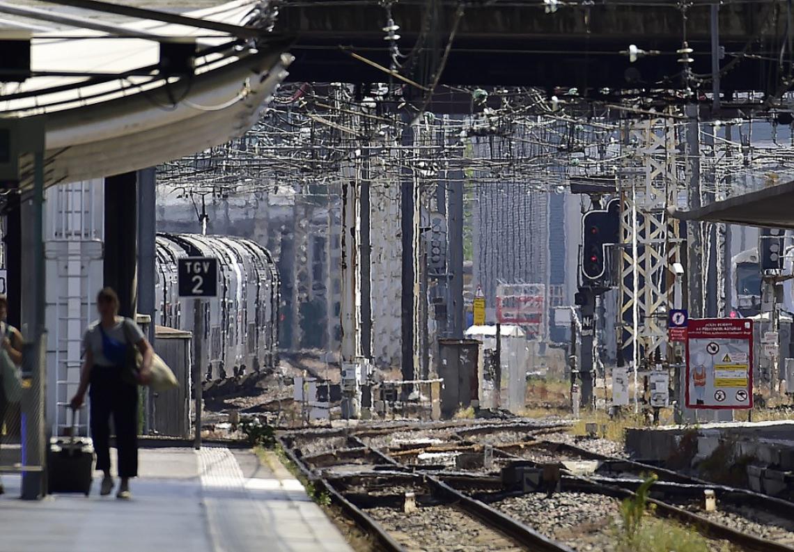 A companhia de trens franceses, a SNCF, anunciou que trens podem sofrer atrasos nestes dias porque os trilhos se deformam com o calor