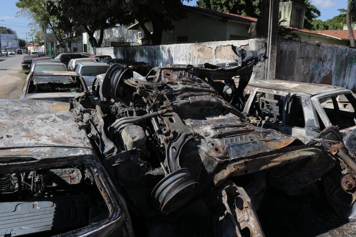 Oito carros foram incendiados, na noite deste domingo, no 27º Distrito Policial do bairro João XXIII, em Fortaleza. (fotos: Tatiana Fortes/ O Povo)