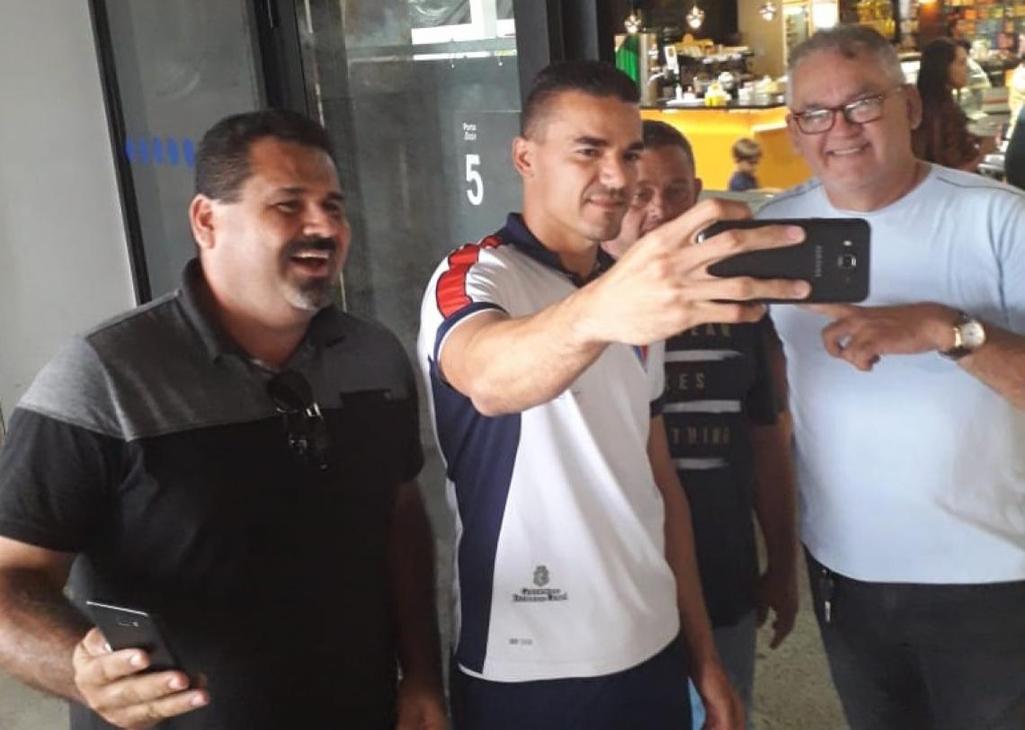 Felipe Alves foi procurado pelo torcedor para registro de fotos, no desembarque