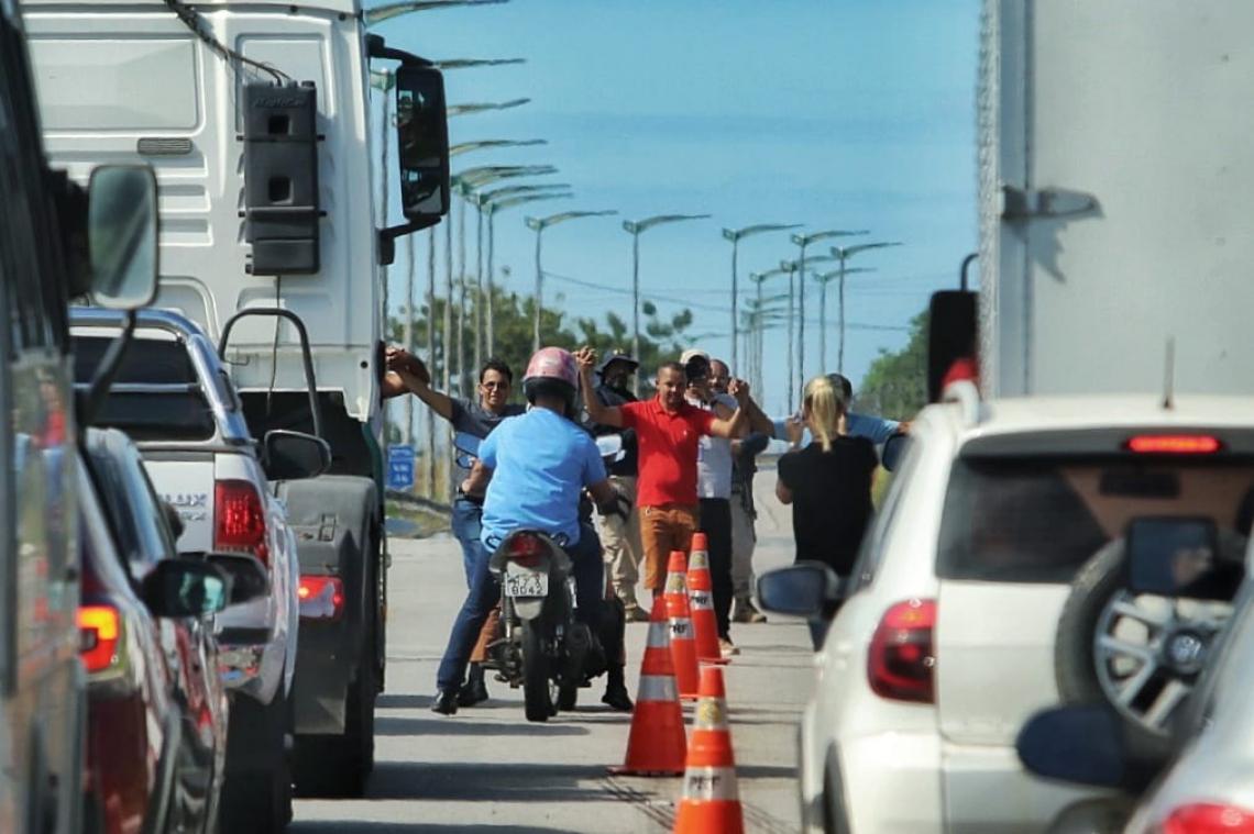 Grupo de caminhoneiros realiza paralisação no km 43 da BR-116, em Horizonte