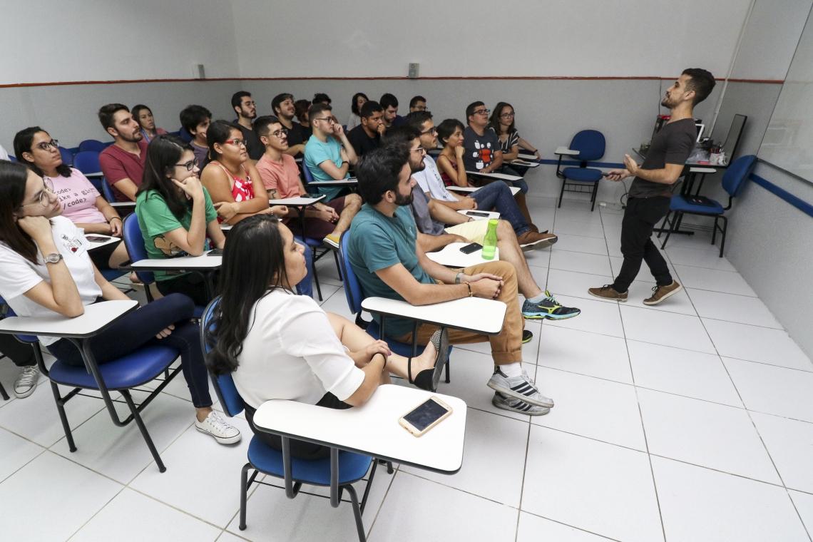 Felipe Alves, gestor comercial da start up, Urbis, apresenta o aplicativo para integrantes da start up Desenrolados Educação.