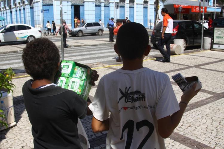 Crianças trabalhando na Praça do Ferreira (Foto: Evilázio Bezerra)