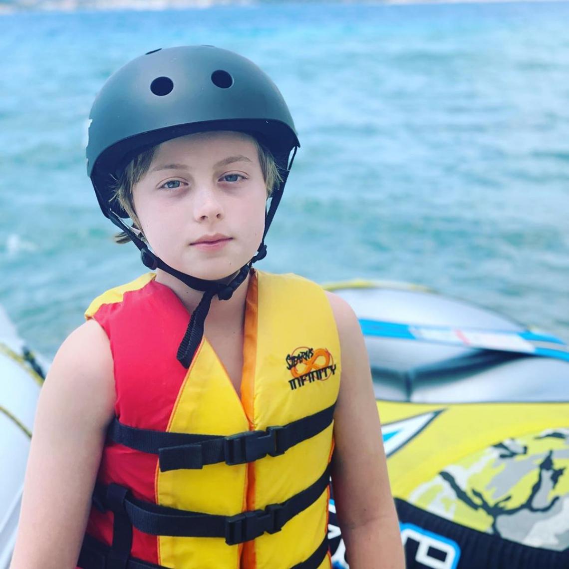 Após acidente, filho de Luciano Huck e Angélica volta a praticar wakeboard.