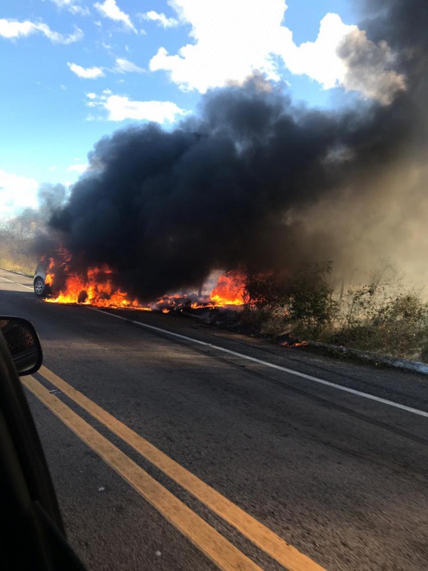 Após batida, veículo pegou fogo