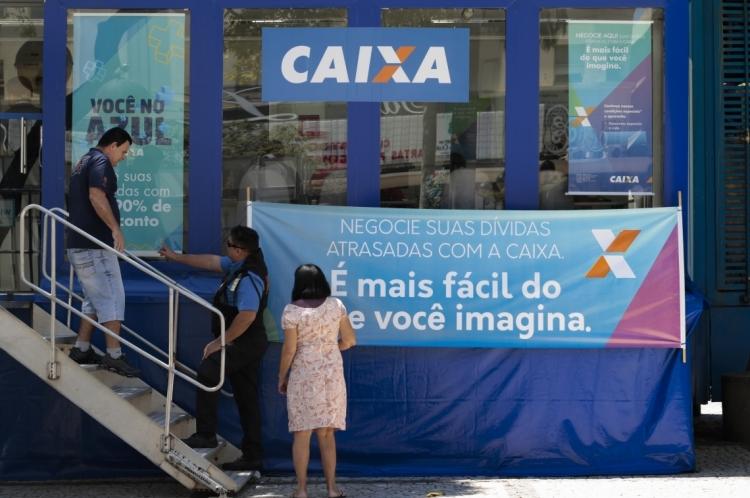 """Uma unidade móvel de atendimento da Caixa Econômica Federal, o caminhão """"Você no Azul"""", esteve na Praça do Ferreira, no Centro. Desta vez, o atendimento será oferecido na sede da Caixa, na rua Sena Madureira"""