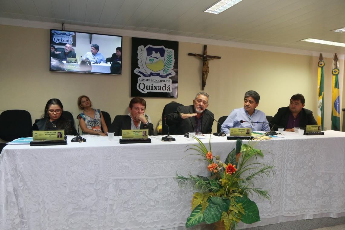 O presidente da Câmara de Quixadá, Francisco Ivan Benício de Sá (no microfone), durante a abertura do período legislativo de 2019