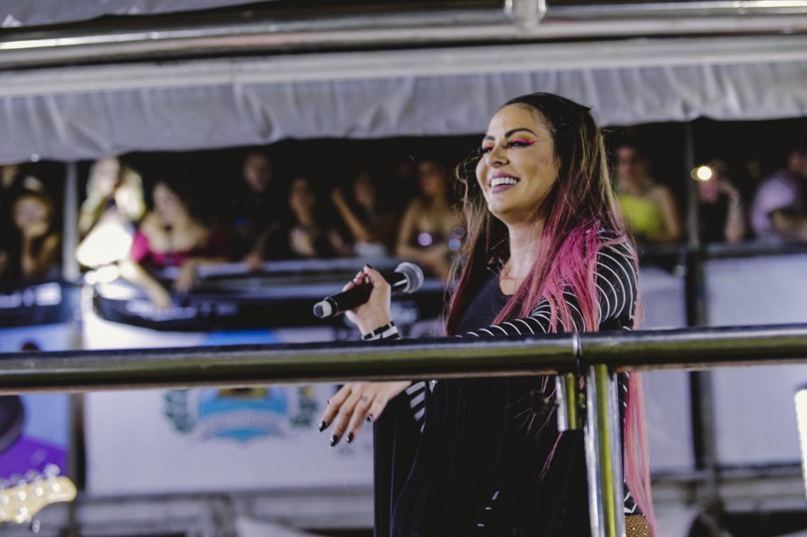 Alinne Rosa em trio elétrico durante Fortal 2019