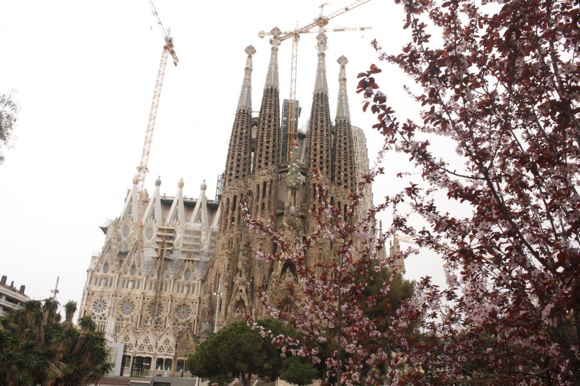 A Basílica da Sagrada Família está em construção há mais de 100 anos, em barcelona