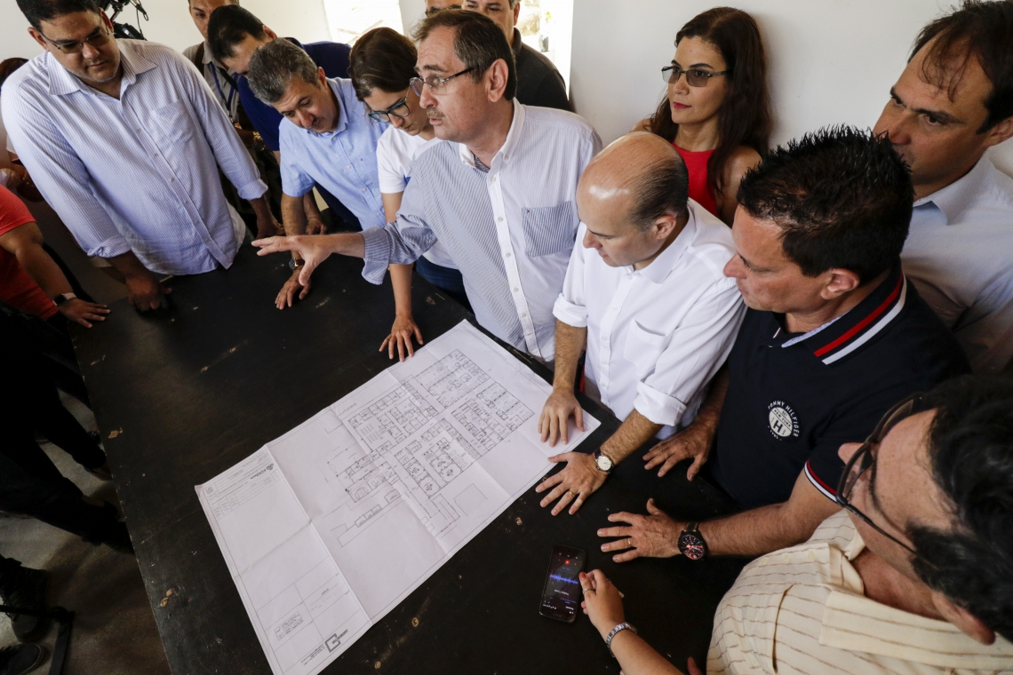 Prefeito Roberto Cláudio assina ordem de serviço para o inicio das obras do anexo do hospital Frotinha da Parangaba. (Foto: Alex Gomes/O Povo)