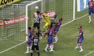 Lance do segundo gol do Ceará, marcado em cabeçada de Felippe Cardoso