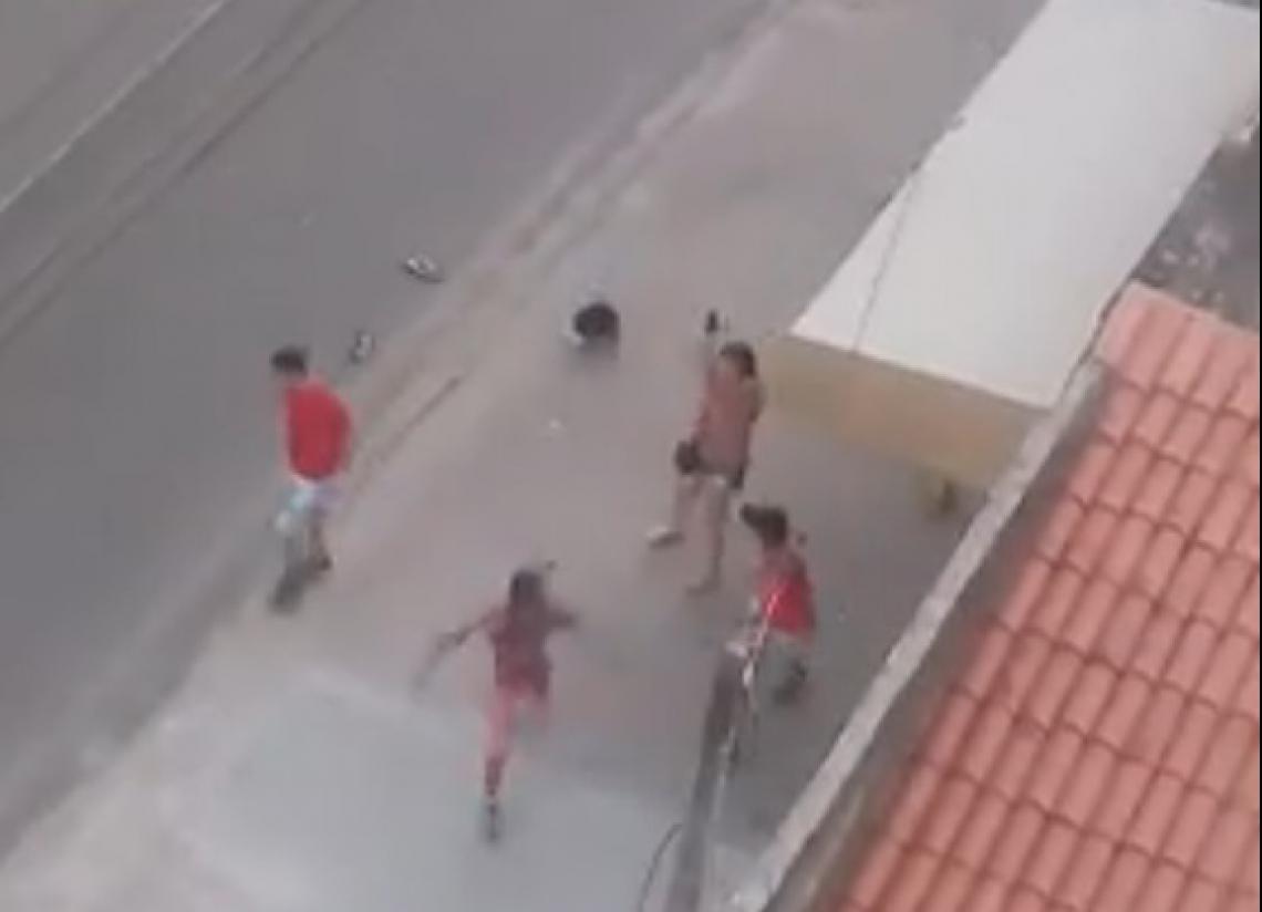 Mulher impede agressão entre torcedores