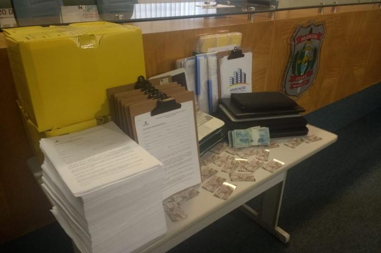 Com os suspeitos, foram encontrados documentos que comprovavam o golpe, notebooks, pendrives, um HD e R$ 8,8 mil em espécie