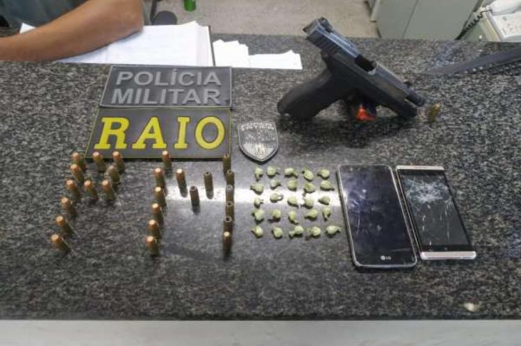 A PM apreendeu uma pistola com carregador, munições, dois aparelhos celulares e 25 papelotes de cocaína. Além de recuperarem dois veículos roubados pela dupla.