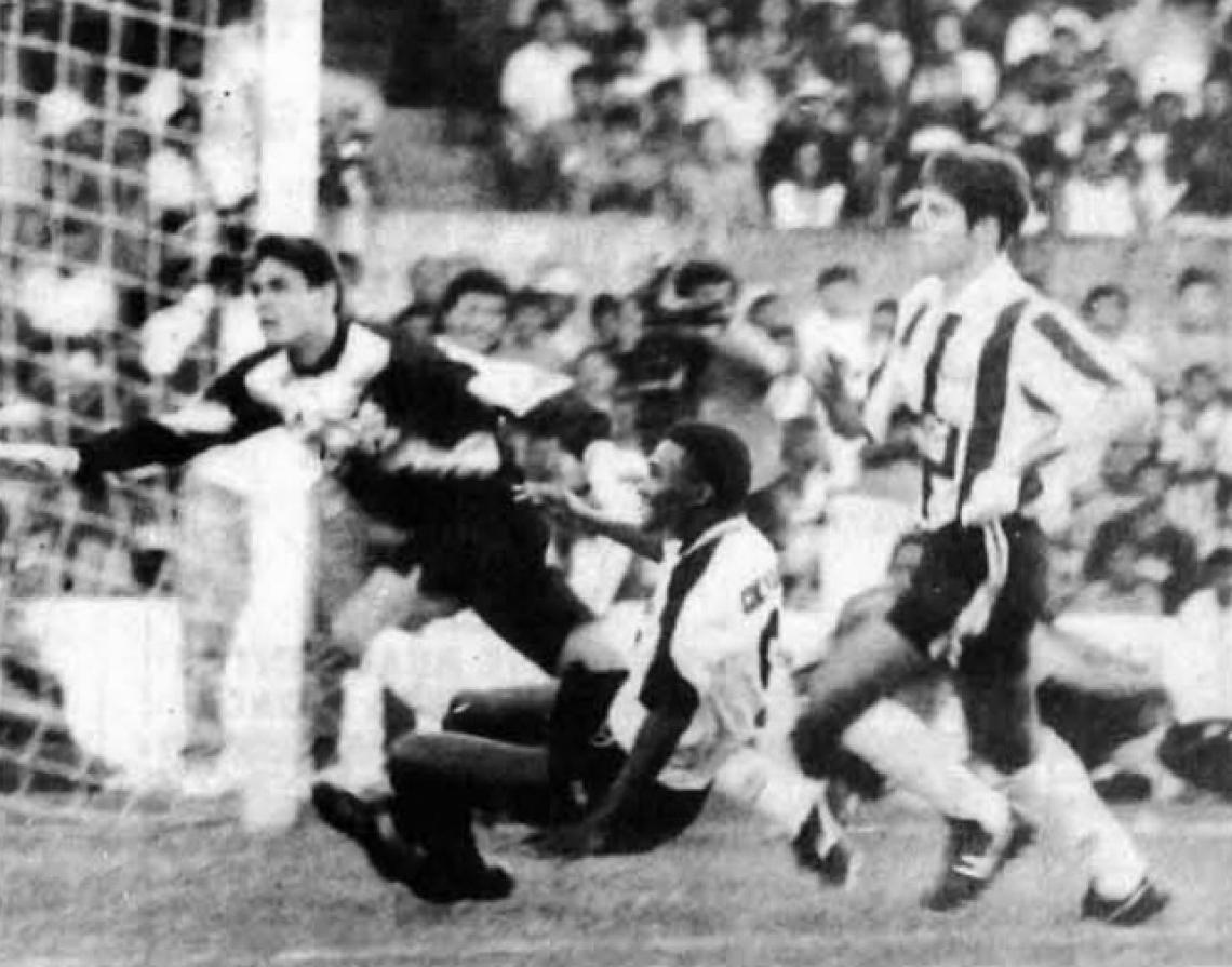 Lance de perigo na área do Grêmio; Gerônimo é lançado, mas não consegue chegar a tempo de finalizar ao gol