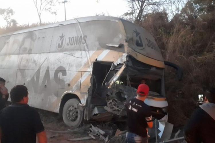 Três pessoas ficaram feridas no acidente