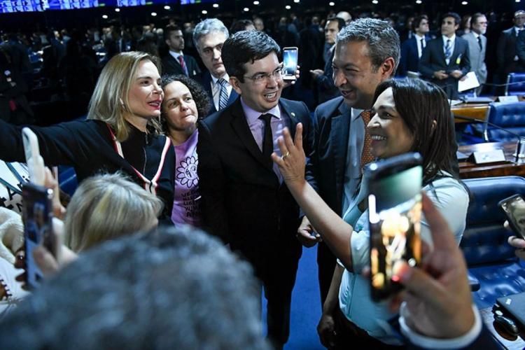 O senador Randolfe Rodrigues (de óculos) foi relator da proposta, de autoria do deputado Ricardo Izar (à direita) (Foto: Roque de Sá/Agência Senado)