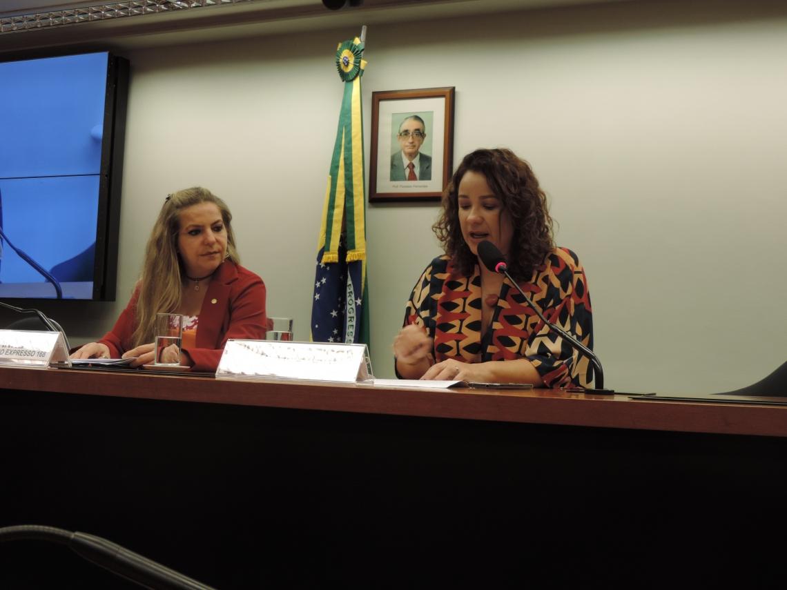 Luizianne Lins, requerente da homenagem ao Vida&Arte, e Cinthia Medeiros, jornalista e editora do caderno de cultura