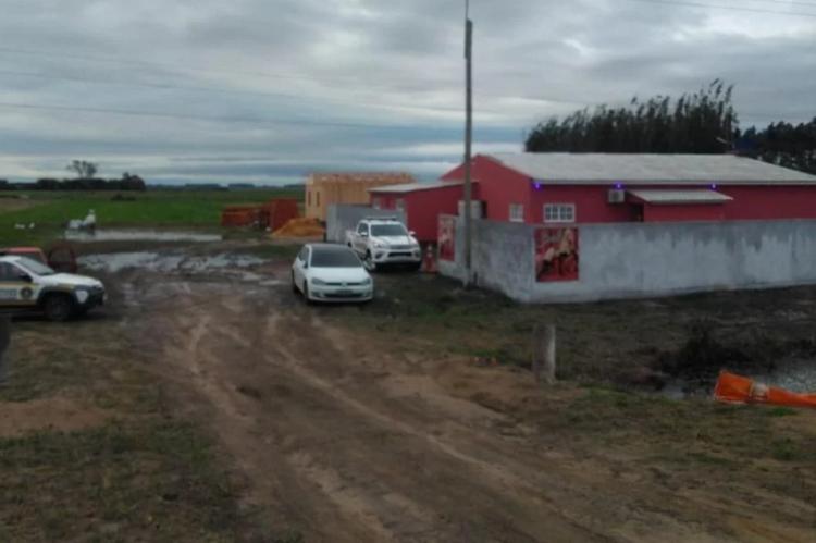 O local do crime, a Boate Emoções, se localiza às margens da rodovia RSC-101, na no município gaúcho de Mostardas.