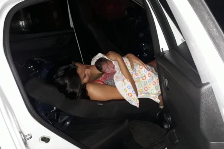 Mulher acolhe filho após nascimento do menino ocorrer dentro de carro solicitado por aplicativo