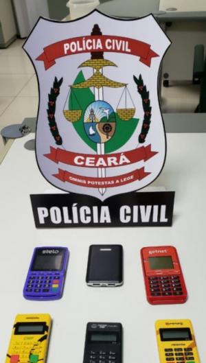 Com eles foram encontrados sete máquinas de cartão de crédito, dois aparelhos celulares, cartões de crédito de bandeiras variadas, cartões magnéticos e outros documentos
