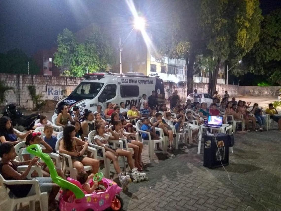 Igreja oferece cadeiras para a população assistir ao cinema no Antônio Bezerra