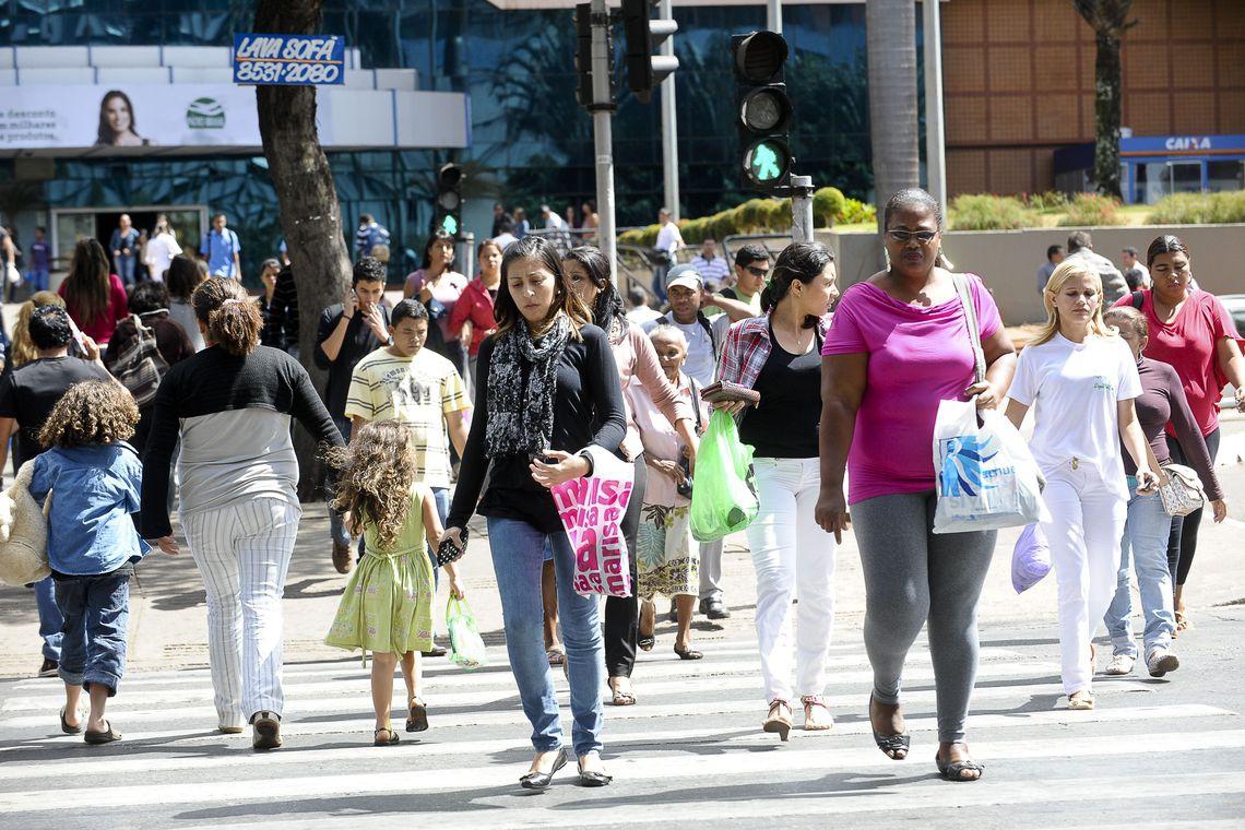 Em relação ao mercado de trabalho, o ganho dos homens é relativamente superior ao das mulheres.