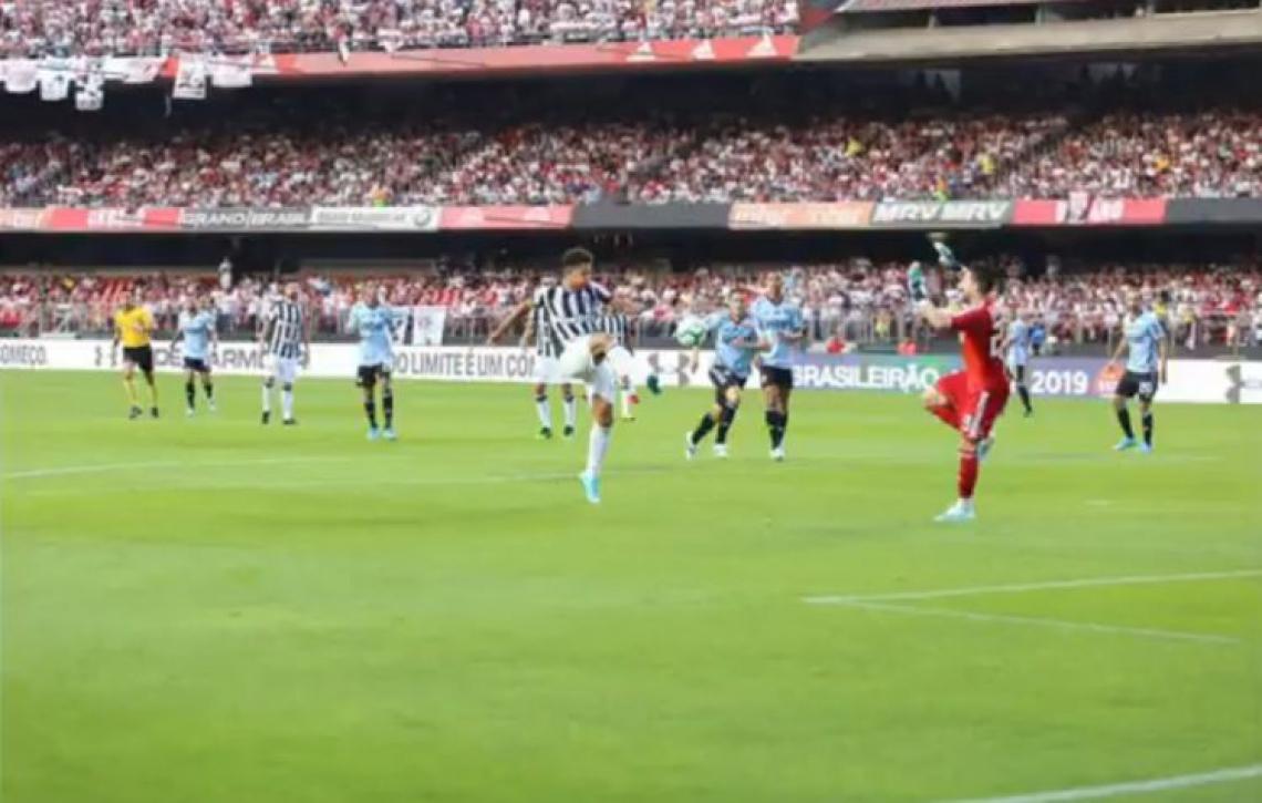 Felippe Cardoso foi derrubado por Thiago Volpi, mas árbitro não marcou pênalti