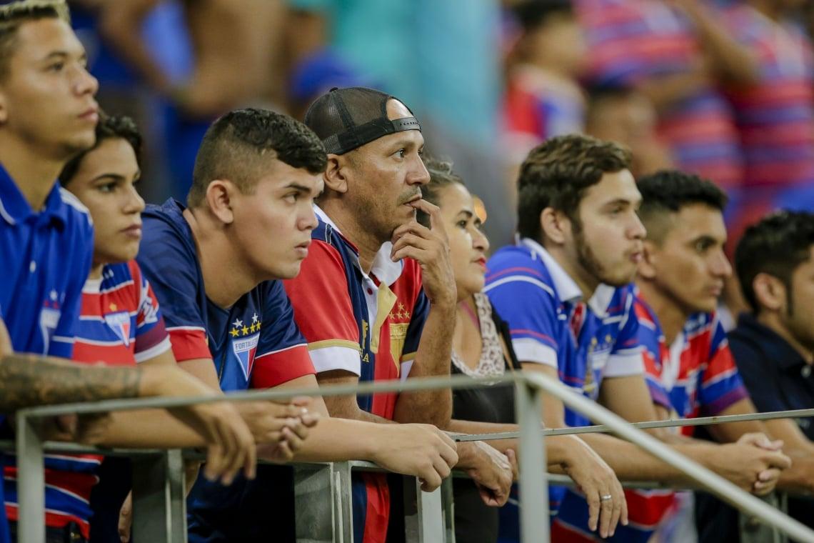 Torcedores do Fortaleza ficam desapontados com a exibição da equipe.