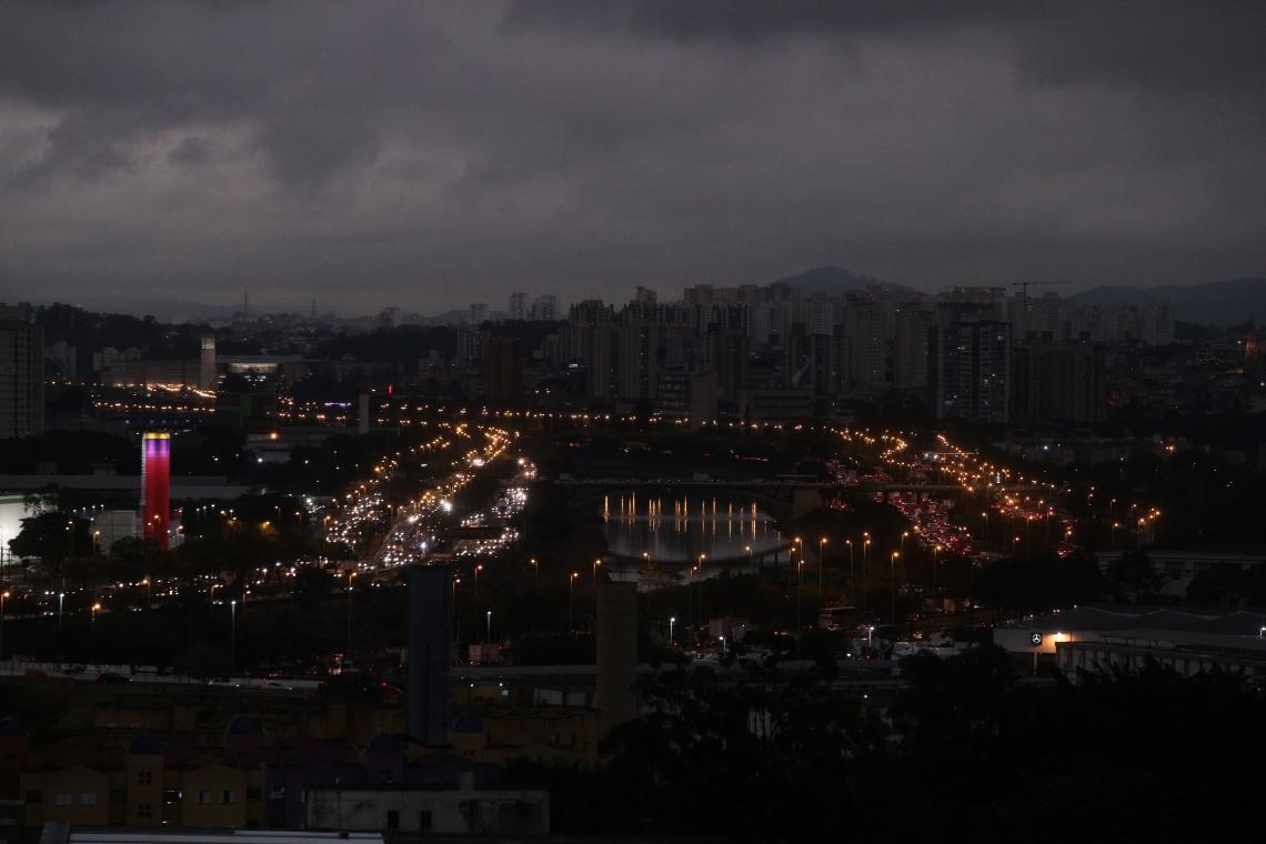 Tarde fria, garoa e céu encoberto em São Paulo, nesta segunda feira (19)