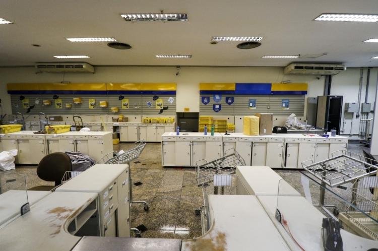 Imagens da agência dos Correios do Centro. (Foto: Alex Gomes/O Povo)