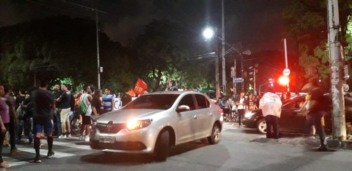 Manifestantes bloqueiam trânsito na avenida 13 de maio no sentido Pici