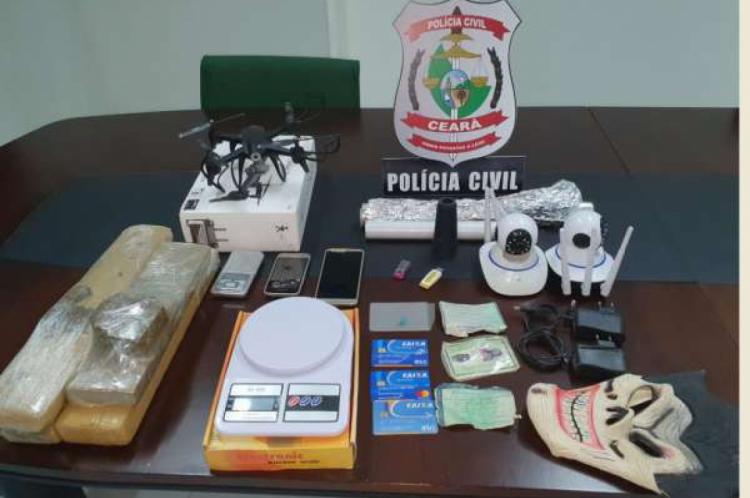 Drogas, documentos, cartões e materiais de vigilância foram apreendidos nessa segunda-feira, 19.