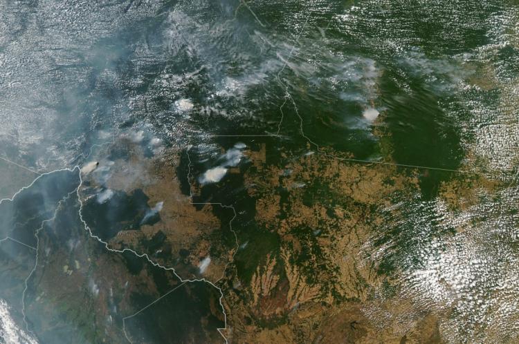 Imagem obtida em 21 de agosto de 2019 mostra vários incêndios nos estados brasileiros do Amazonas (topo CE), Para (topo R), Mato Grosso ( R) e Rondônia (C inferior) em 11 de agosto de 2019, enquanto Bolívia aparece na parte inferior esquerda da imagem       Caption