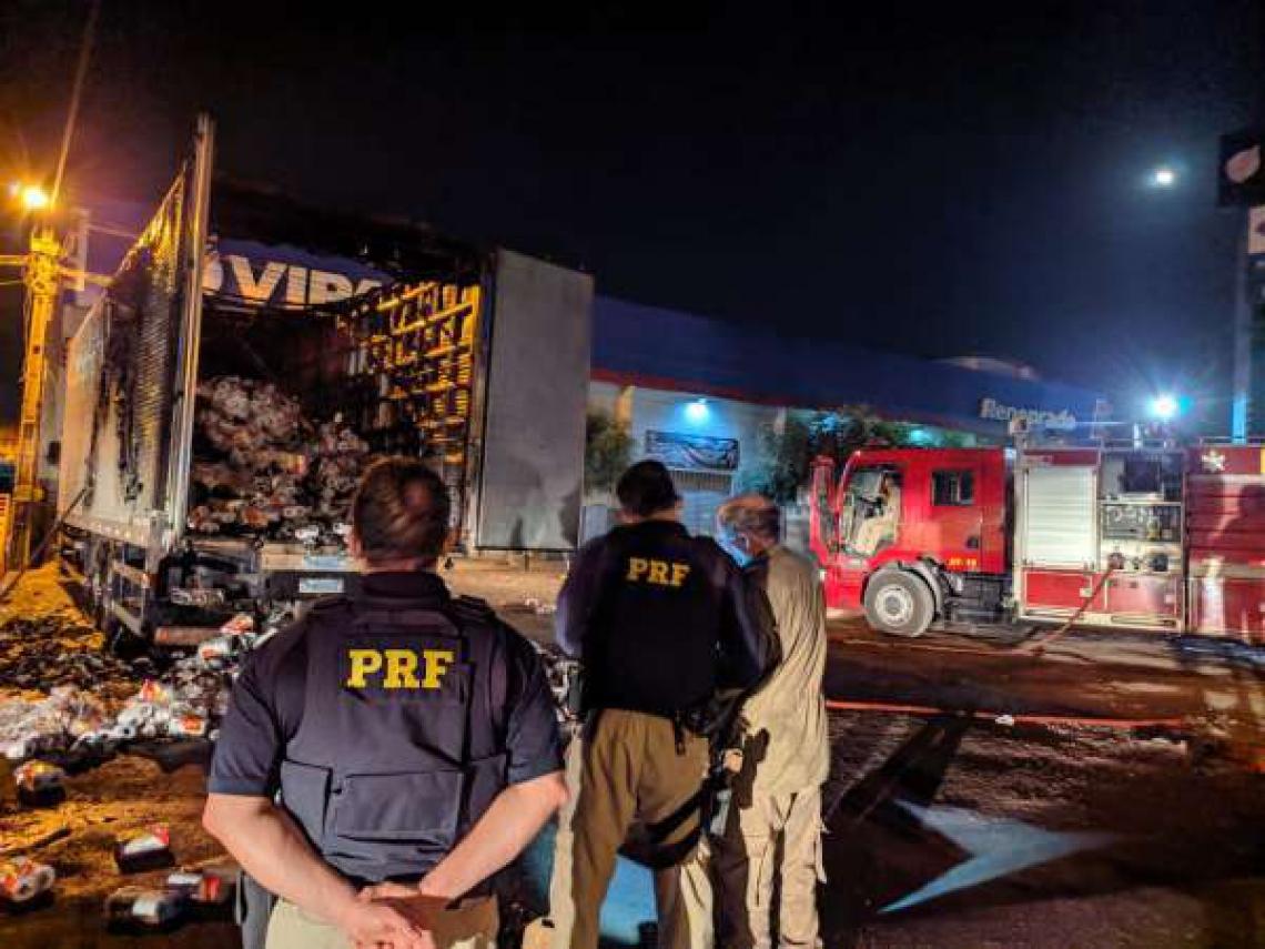Uma composição da Policia Rodoviária Federal compareceu ao local e contribuiu para a segurança do local e da rodovia