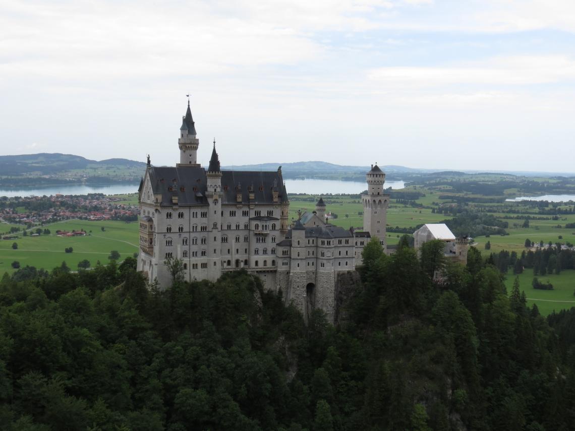 O Castelo Neuschwanstein se localiza no município de Schwangau, na Alemanha