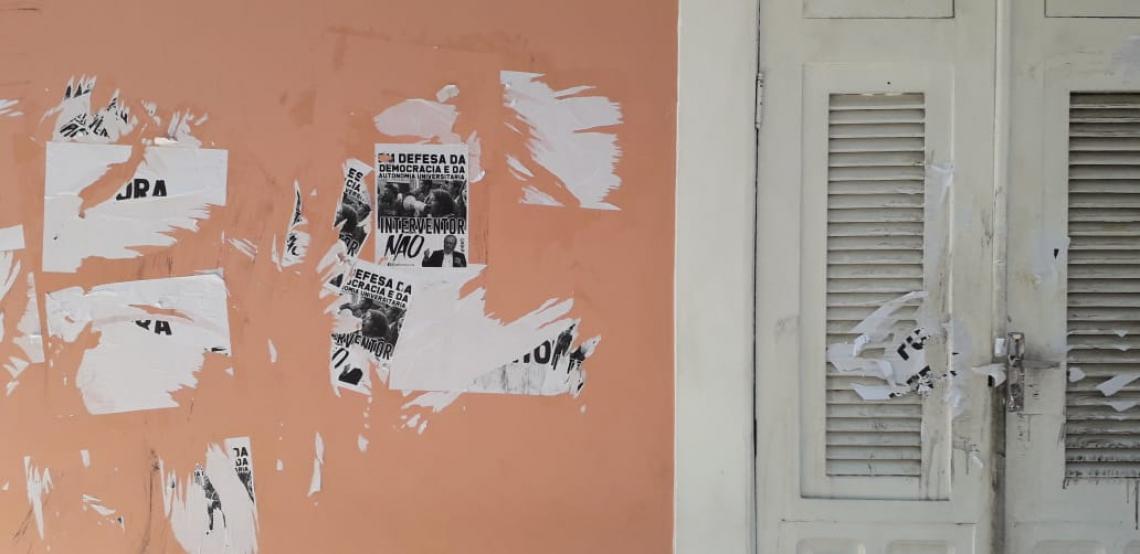 Estudantes alegam que cartazes de protestos foram arrancados