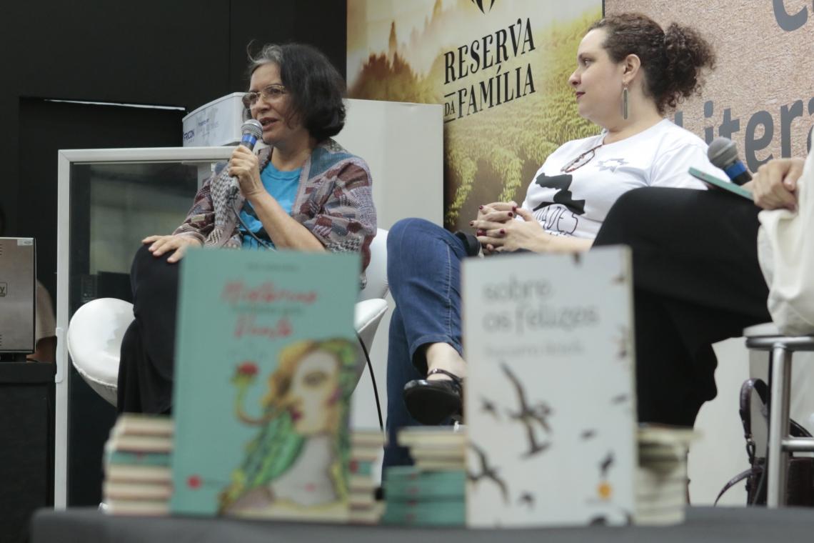 Ana Miranda e Socorro Acioli durante lançamento no Café Literário na Bienal
