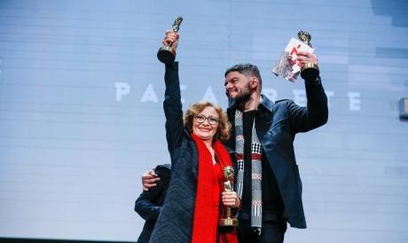 Marcélia Cartaxo e Allan Deberton, protagonista e diretor de Pacarrete, foram fortemente aplaudidos na premiação do Festival de Gramado