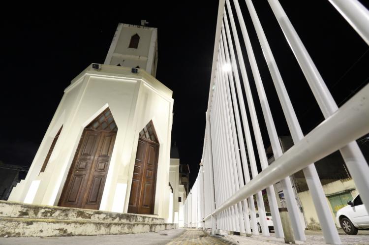 Na noite dessa segunda-feira, 26, parte da lateral da igreja já estava cercada