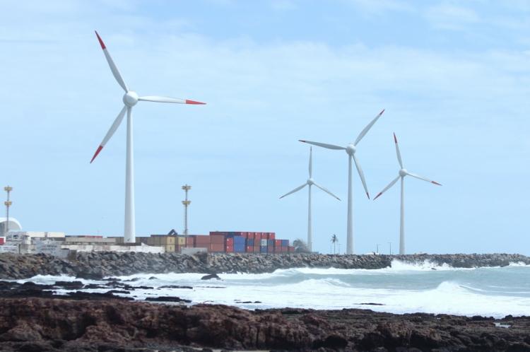 Torres com aerogeradores para produção de energia eólica no Ceará.