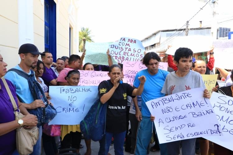Ambulantes que trabalham nos terminais protestaram em frente ao paço municipal nesta quarta-feira, 28/08